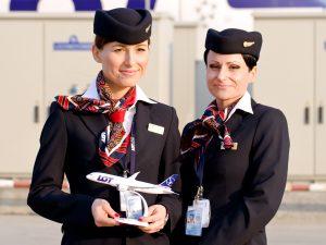 Przykład: eleganckie, dopracowane do perfekcji uniformy linii lotniczych LOT